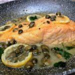 Salmone con salsa all'aglio, limone e capperi