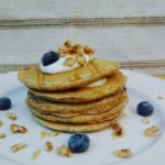 Pancake integrali con yogurt, noci e mirtilli
